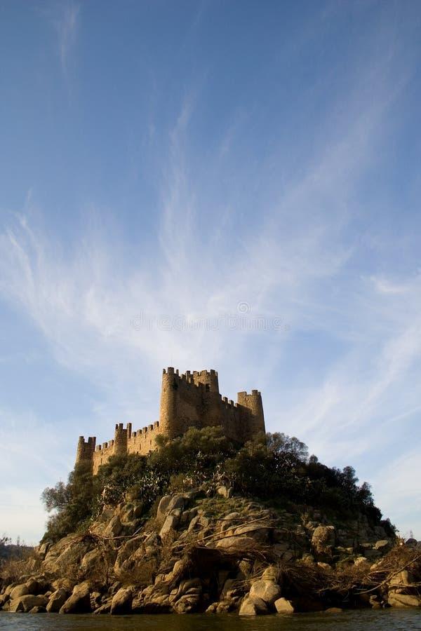 Het Kasteel en de Wolken van Almourol stock foto