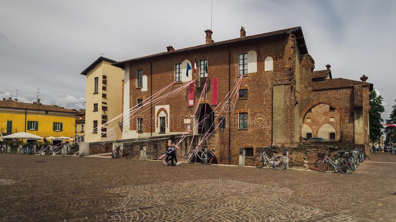 Het Kasteel van Abbiategrassovisconti, in 1382 door Gian Galeazzo Visconti boven een reeds bestaand de 13de eeuwvestingwerk dat w stock afbeeldingen