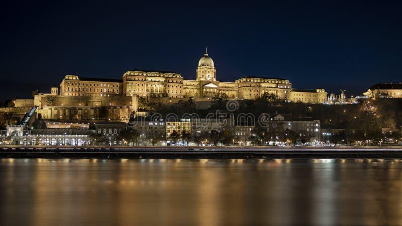Het kasteel van Boedapest Buda bij nacht met de rivier Duna stock foto