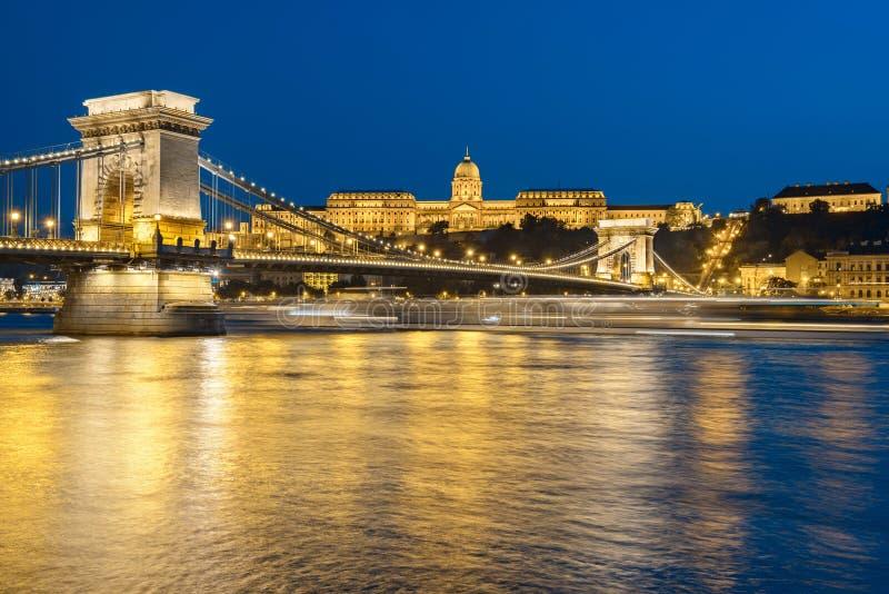 Het Kasteel van Boedapest en beroemde Kettingsbrug in Boedapest stock foto