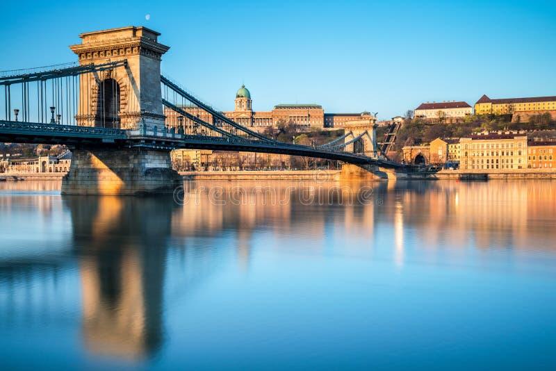 Het Kasteel van Boedapest en beroemde Kettingsbrug in Boedapest royalty-vrije stock foto