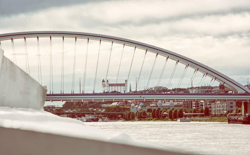 Het kasteel van Bratislava achter moderne Apollo-brug, retro foto royalty-vrije stock afbeelding