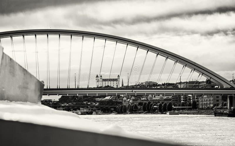 Het kasteel van Bratislava achter moderne Apollo-zwart-witte brug, stock foto's