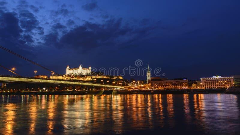 Het kasteel van Bratislava bij nacht De rivier van Donau royalty-vrije stock foto's