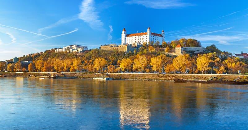 Het kasteel van Bratislava, het parlement en de rivier van Donau, Slowakije stock afbeeldingen