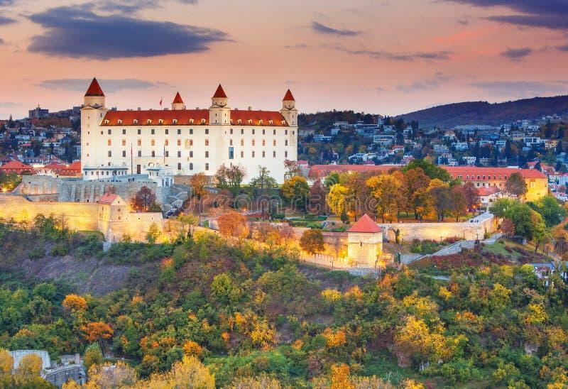 Het kasteel van Bratislava over de rivier van Donau bij zonsondergang, Bratislava, Slowakije royalty-vrije stock afbeeldingen