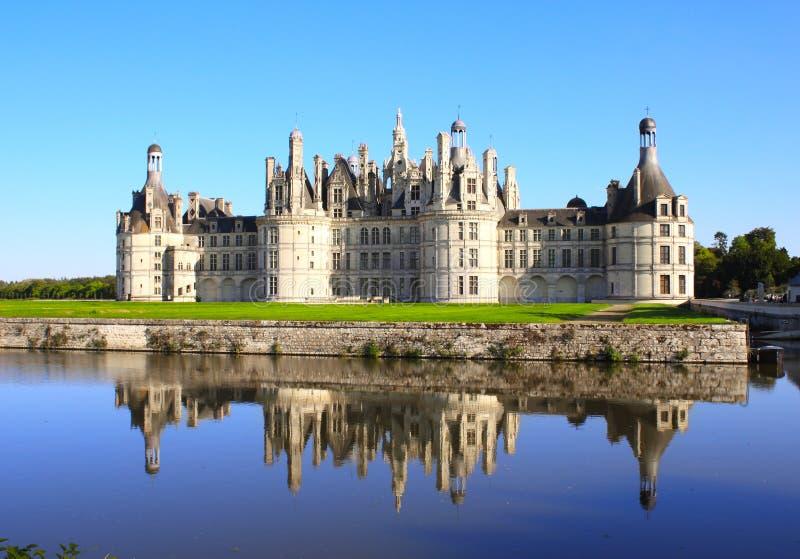 Het kasteel van Chateauchambord met bezinning, de Loire-Vallei, Frankrijk stock afbeeldingen