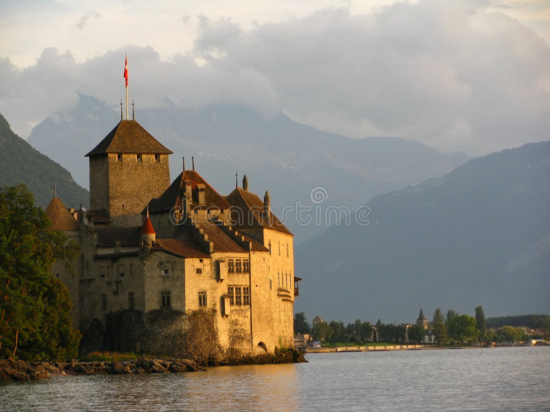Het Kasteel van Chillon en het gouden uur stock afbeeldingen