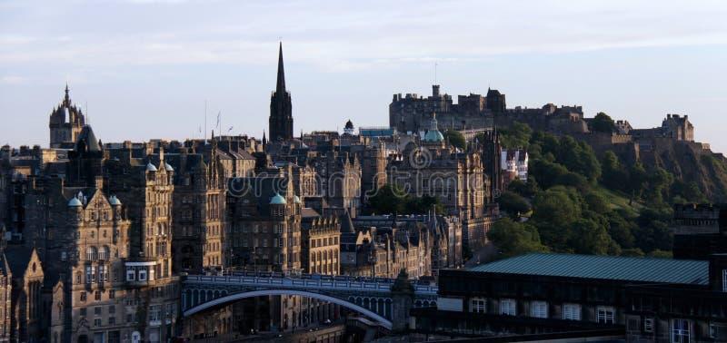 Het kasteel van Edinburgh en citycsape bij schemer stock fotografie