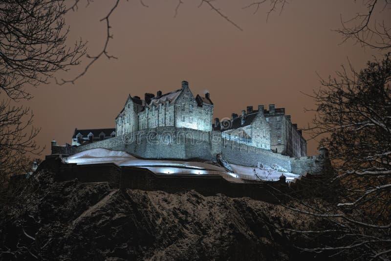 Het Kasteel van Edinburgh, Schotland, het UK, bij nacht in sneeuw stock foto's