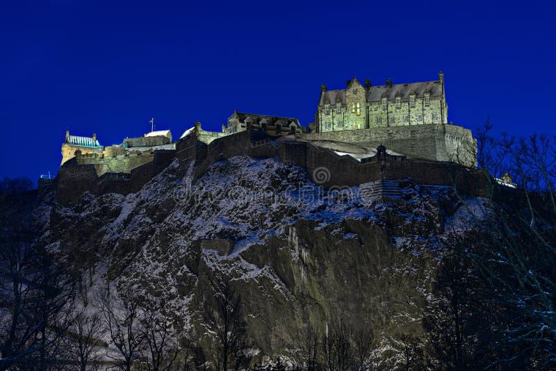 Het Kasteel van Edinburgh, Schotland, het UK, bij schemer in de winter royalty-vrije stock afbeeldingen