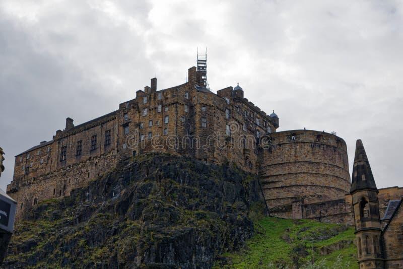 Het Kasteel van Edinburgh wordt bekeken die van onderaan royalty-vrije stock foto's