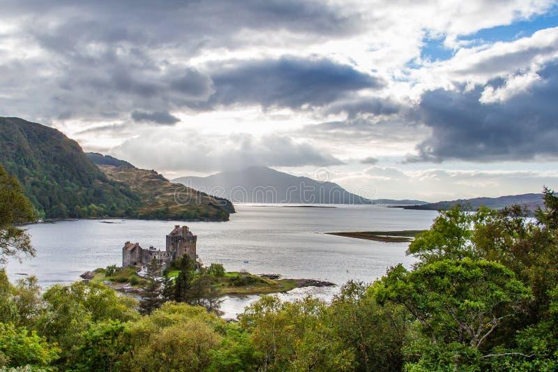 Het kasteel van Eileandonan onder een dramatische cloudscape stock foto