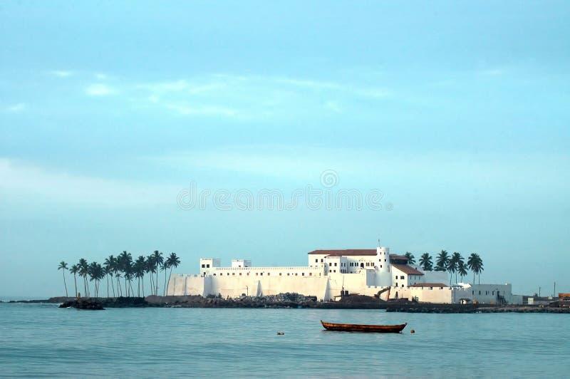 Het Kasteel van Elmina over het water stock fotografie