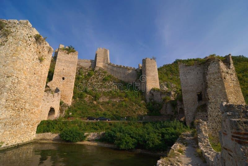 Het kasteel van Golubac op de rivier van Donau in Servië stock afbeeldingen