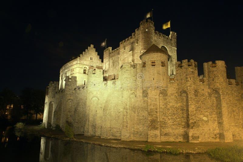 Het kasteel van Gravensteen in Gent bij nacht stock fotografie