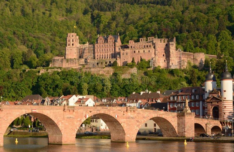 Het kasteel van Heidelberg en oude brug in de lente stock foto