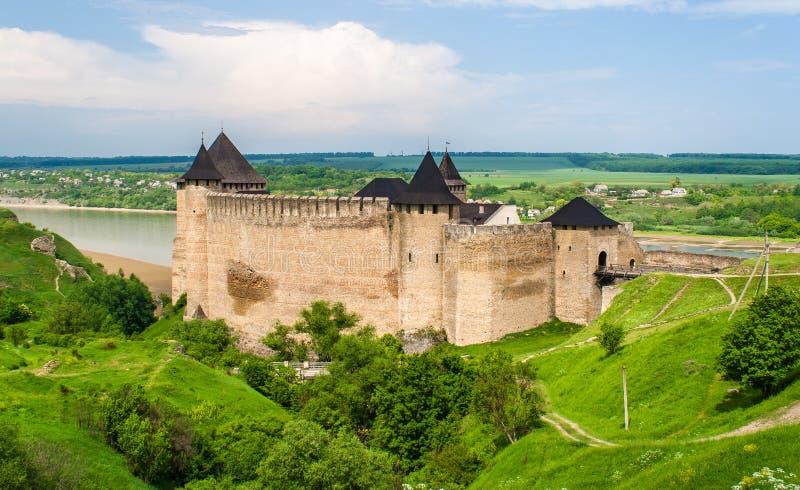 Het kasteel van Khotyn op de rivieroever van Dniester royalty-vrije stock foto's