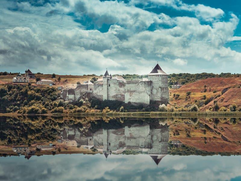 Het kasteel van Khotyn op de rivieroever van Dniester royalty-vrije stock fotografie