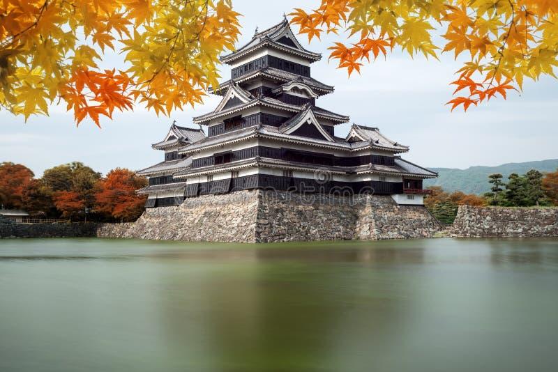 Het Kasteel van Matsumoto in de Herfst bij de stad van Matsumoto, de prefectuur van Nagano, royalty-vrije stock fotografie