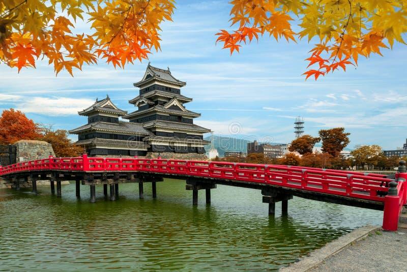 Het Kasteel van Matsumoto in de Herfst bij de stad van Matsumoto, de prefectuur van Nagano, stock foto's