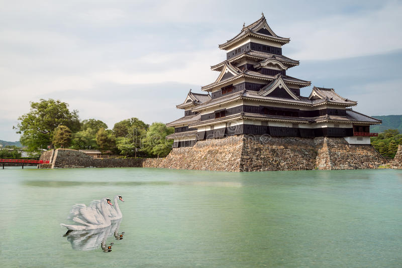 Het kasteel van Matsumoto tegen blauwe hemel in Nagono-stad, Japan stock afbeeldingen