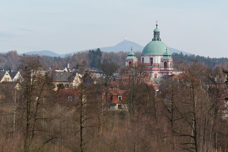 Het kasteel van Novyfalkenburk in Jablonne v Podjestedi en Gegekscheerde Toren in Liberec, Tsjechische Republiek stock foto