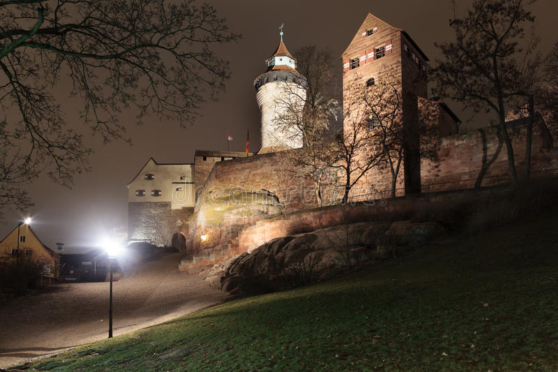 Het kasteel van Nuremberg bij nacht stock afbeeldingen