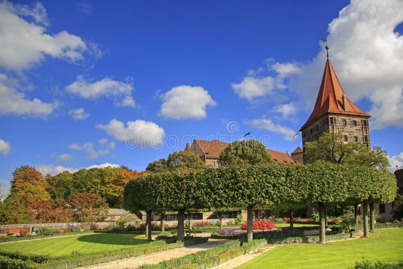 Het Kasteel van Nuremberg met blauwe hemel en bomen stock foto's