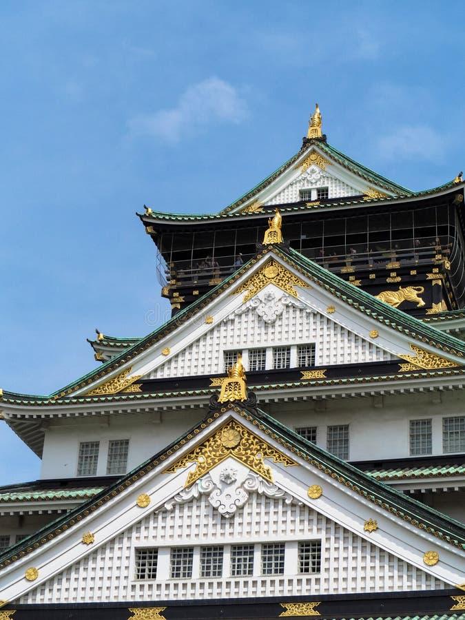 Het kasteel van Osaka en blauwe hemel stock foto's