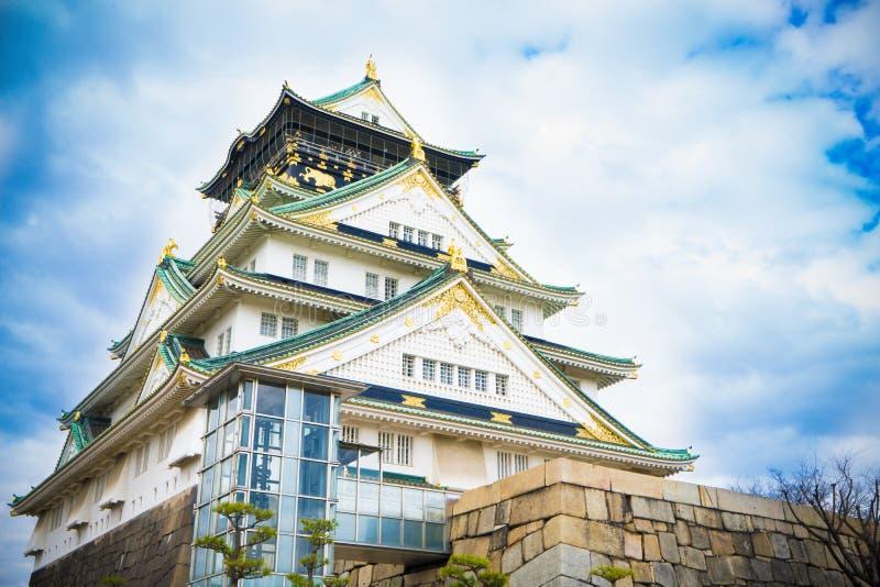 Het kasteel van Osaka met bewolkte hemel royalty-vrije stock foto's