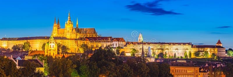 Het Kasteel van Praag bij Nacht Tsjechische Republiek stock foto