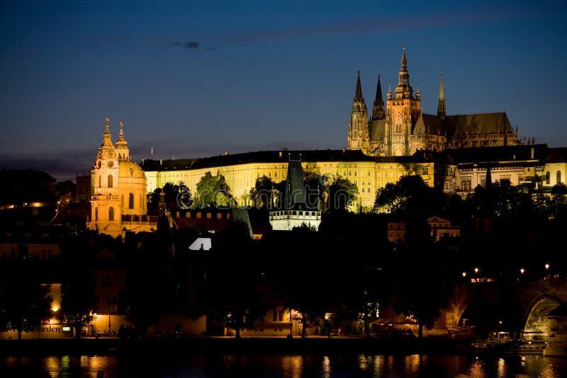 Het kasteel van Praag en St. Nicolaus kerk bij nacht stock afbeelding