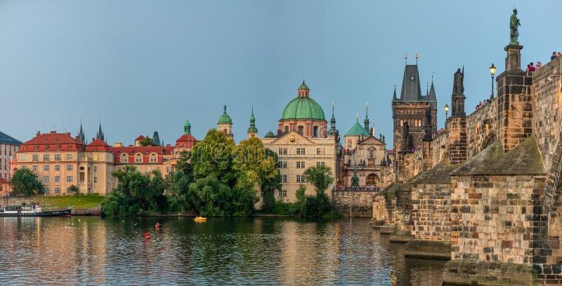Het Kasteel van Praag na zonsondergang royalty-vrije stock foto's