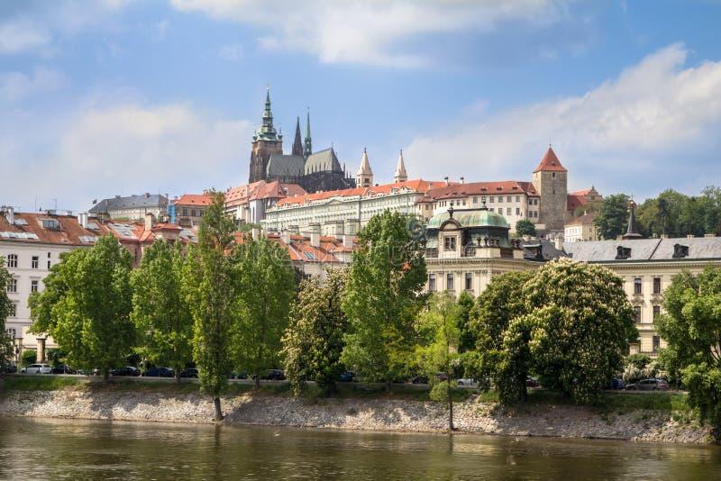Download Het Kasteel Van Praag Over De Rivier Vltava Stock Afbeelding - Afbeelding bestaande uit gebouwen, scène: 107701137