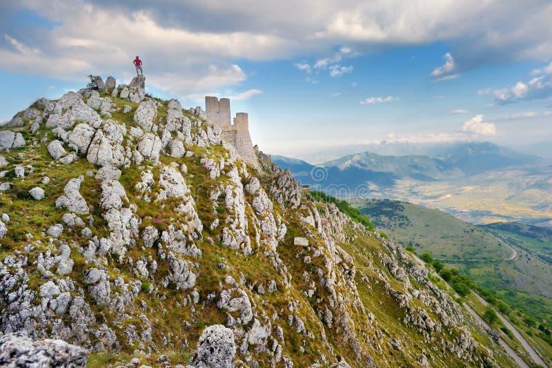 Het kasteel van Roccacalascio bij de zomerzonsondergang, Abruzzo royalty-vrije stock afbeelding