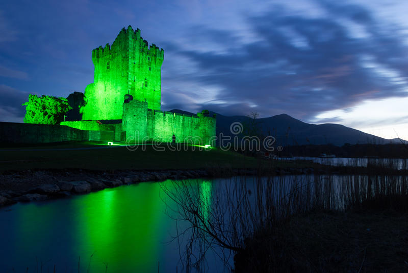 Het kasteel van Ross bij nacht. Killarney. Ierland stock afbeelding