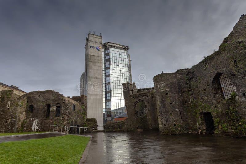 Het kasteel van Swansea en de BT-Toren stock afbeelding