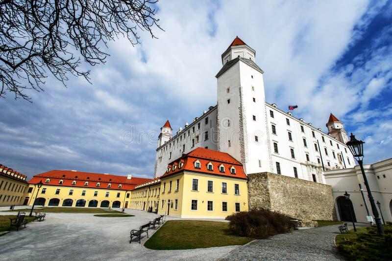 Het kasteelbinnenplaats en paleis van Bratislava bij de zonnige bewolkte lente DA royalty-vrije stock afbeelding