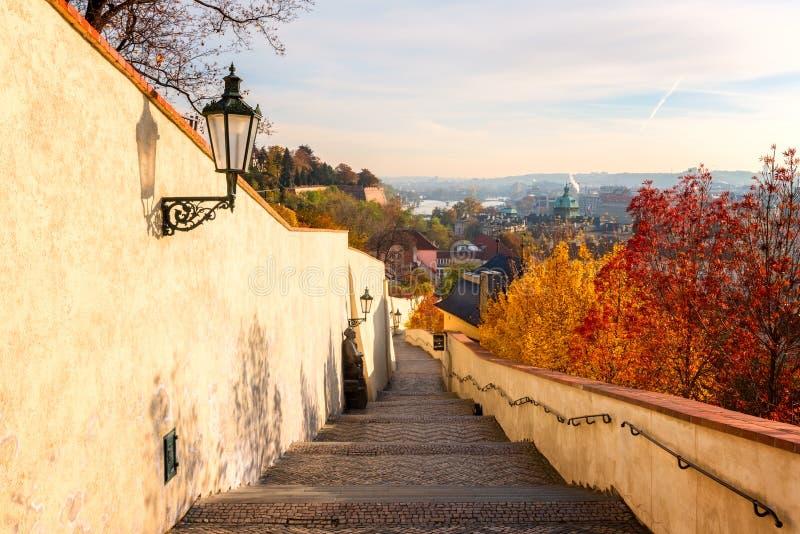 Het Kasteelheuvel van Praag in de de herfstochtend Mooie stadsmening van Oude Stad en historische bruggen, Tsjechische Republiek royalty-vrije stock afbeeldingen