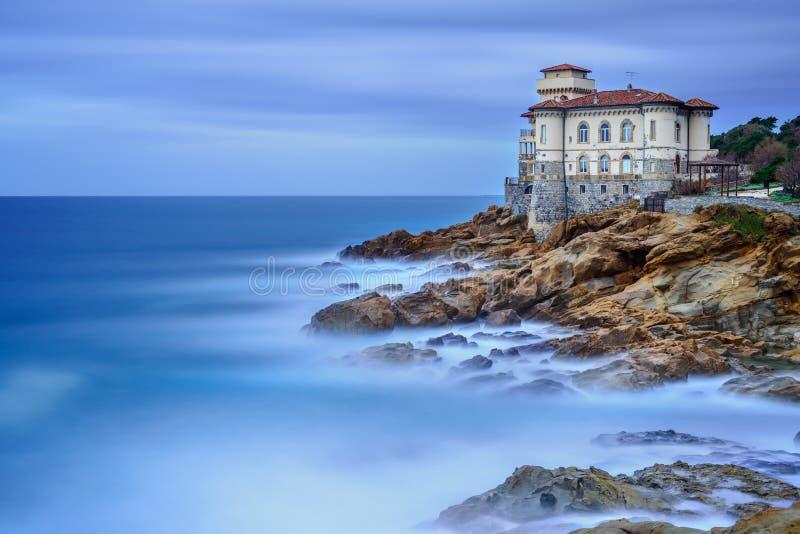 Het kasteeloriëntatiepunt van Boccale op klippenrots en overzees. Toscanië, Italië. Lange blootstellingsfotografie. stock foto's