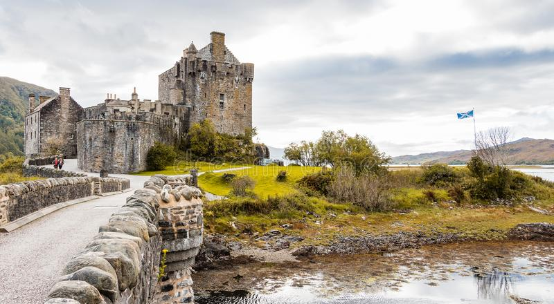 Het kasteelpanorama van Eileandonan met Schotse vlag royalty-vrije stock afbeelding