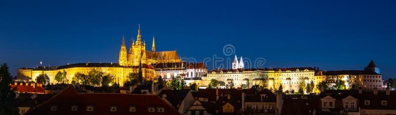 Het Kasteelpanorama van Praag 's nachts, Praag, Tsjechische Republiek stock afbeelding