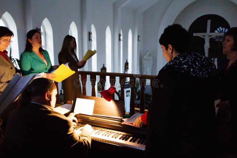 Het katholieke kerkkoor zingen op Pasen stock foto