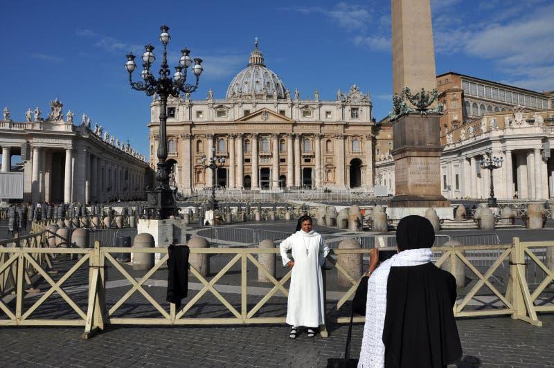 Het katholieke non stellen in de voorzijde van de Heilige Peter Basilica binnen royalty-vrije stock fotografie