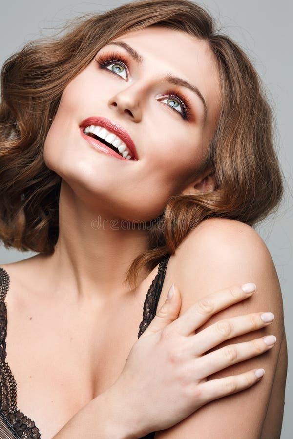 Het Kaukasische jonge portret van het meisjesclose-up roze lippen, huid, tanden Modieuze luxe heldere make-up stock afbeeldingen