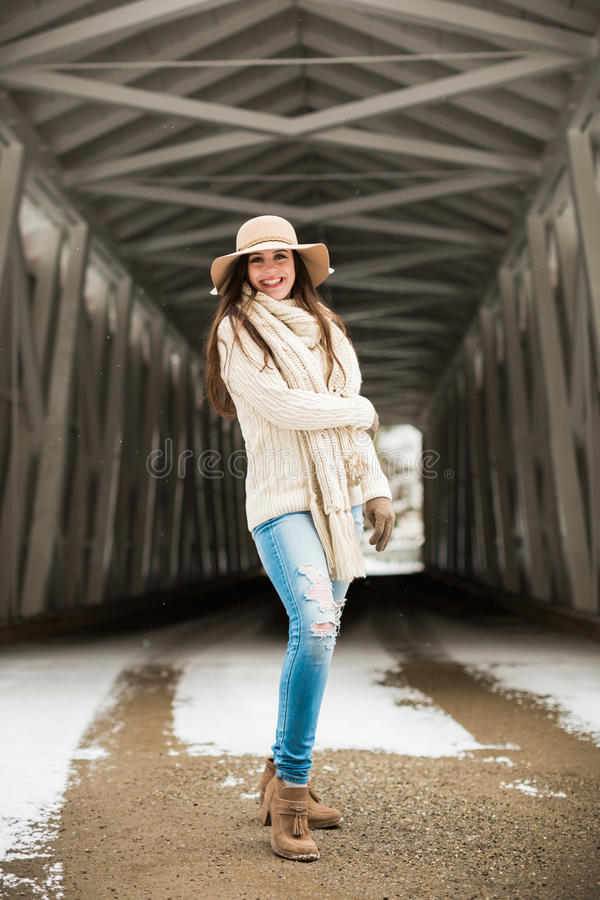Het Kaukasische Middelbare school Hogere Spontane Glimlachen breit binnen de Winterkleren en Slappe Hoed stock foto