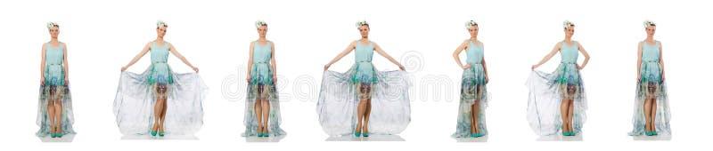 Het Kaukasische model in blauwe bloemendiekleding op wit wordt ge?soleerd royalty-vrije stock foto's