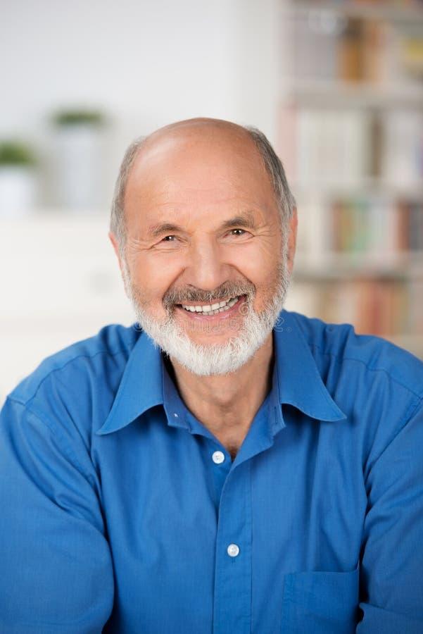 Het Kaukasische vrolijke gebaarde hogere mens glimlachen stock afbeeldingen