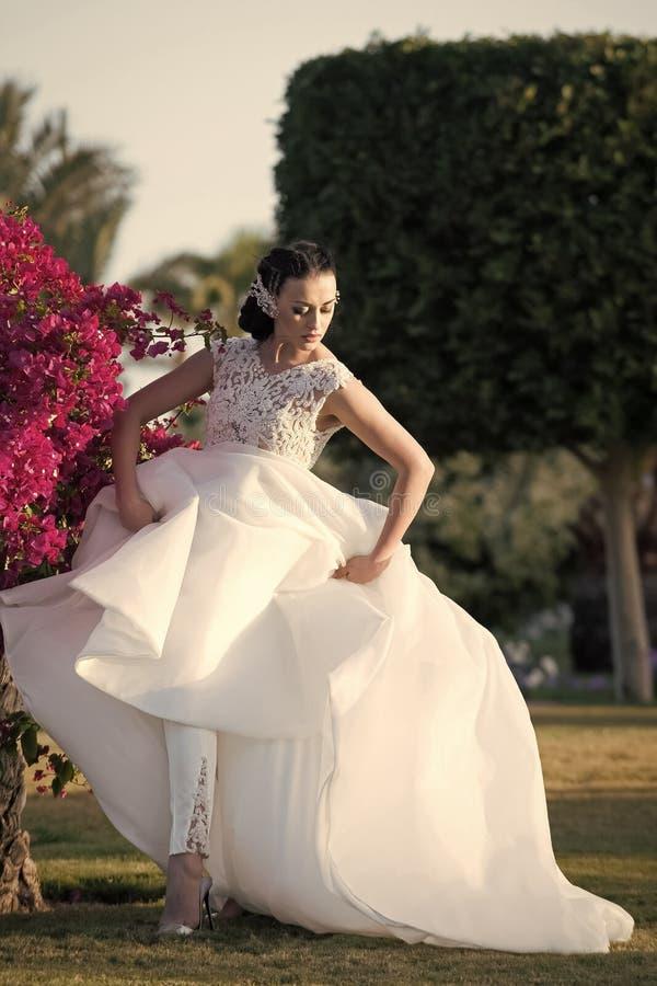 Het Kaukasische vrouwelijke mannequin stellen Meisjesbruid in mooie huwelijkskleding met volledige rok stock foto's